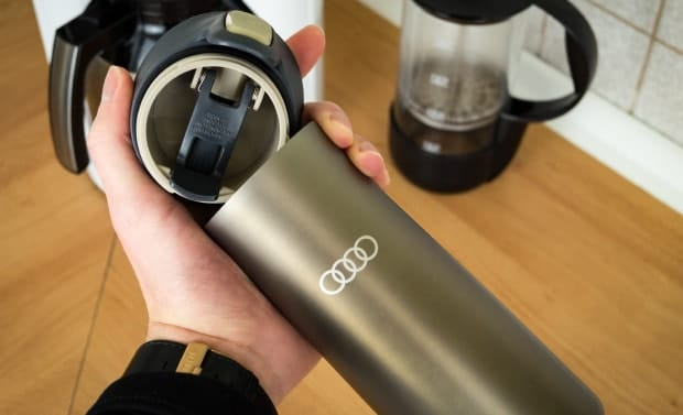 Thermobehälter in Hand für Test, oben geöffnet