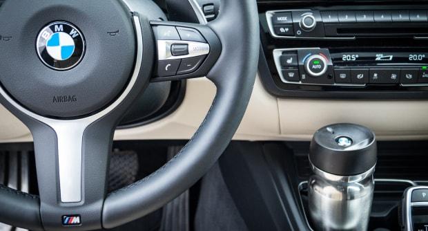 BMW Lenkrad mit Thermobecher im Test