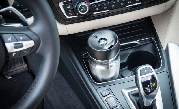 Thermosflasche in Halterung im Innenraum vom Auto fürs Fazit zum Kauf