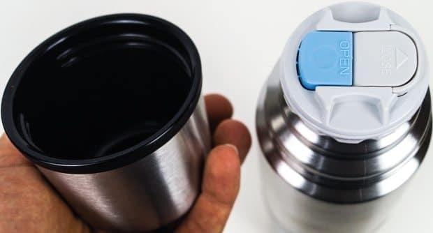 Abgeschraubter Deckel dient als Tasse für Heißgetränke.