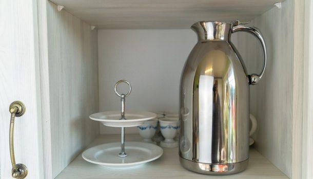 Im Schrank ist die Gastronomie-Kanne sehr dekorativ.