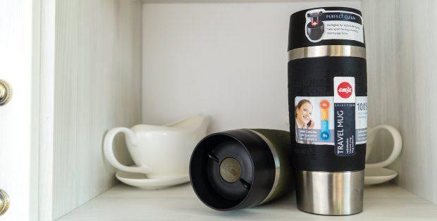 Emsa Isolierbecher Travel Mug im Küchenschrank.