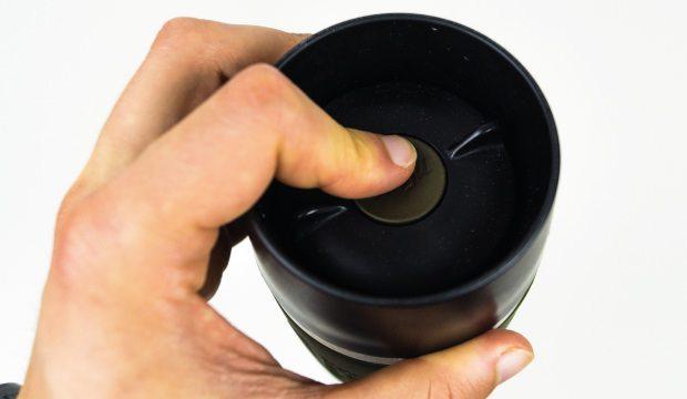 Per Knopfdruck machst Du den Emsa Thermobecher trinkbereit.